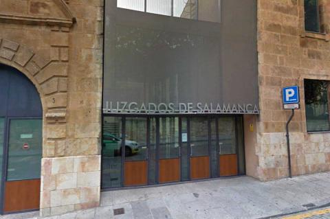 Puerta del Juzgado de Salamanca