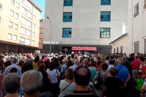 Protesta organizada por los vecinos de Los Praos ante el centro de salud