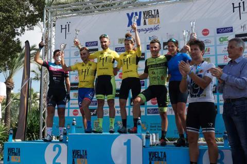 Moisés Dueñas en el podio junto a los lideres del resto de categorías