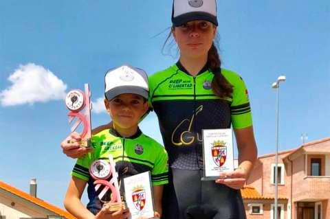 Natalia Ovejero junto a David MArtín en lo alto del podium de Benavente como ganadores de la prueba y la Copa de Escuelas de BTT CyL