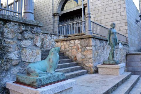 Reproducciones de esculturas de Mateo Hernández a la puerta del museo