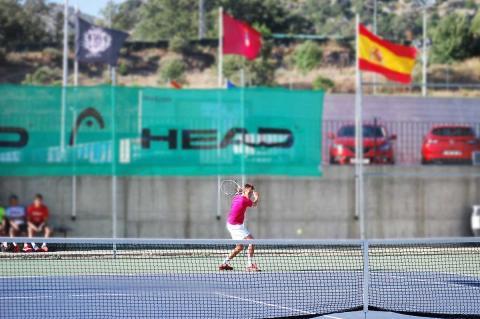 Tenista durante uno de los partidos celebrados ayer en el Open de Tenis Ciudad de Béjar