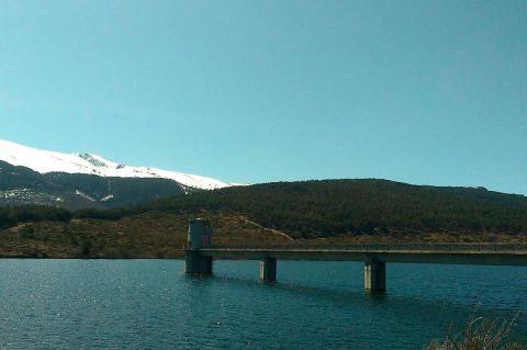 Nivel alto de agua en el embalse de Navamuño