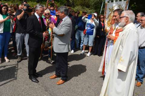 Tradicional intercambio de varas en la Curva de la Herradura