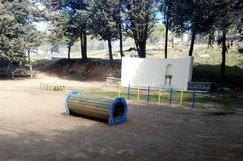 Vista parcial del parque canino ubicado junto a la iglesia de Los Pinos