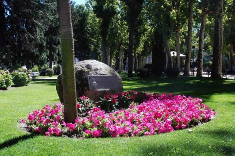 El Parque Municipal en agosto: áreas de césped bien regado y cortado, flores de temporada y árboles centenarios en buen estado general, atendido por una plantilla adecuada de jardineros