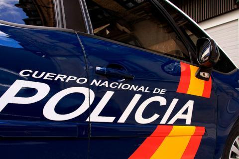 Vista lateral de un vehículo de la Policía Nacional