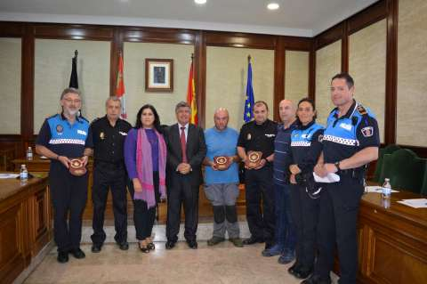 Representantes de las policías y protección civil junto al alcalde en el salón de plenos