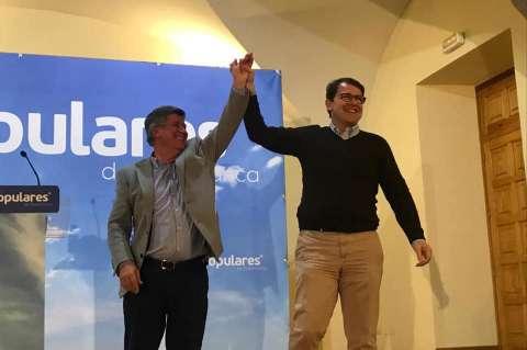 Alejo Riñones junto a Alfonso Fernández Mañueco con el brazo levantado en señal de victoria