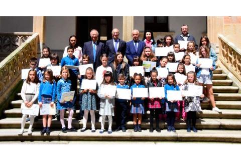 Alumnos premiados durante la entrega de premios en La Salina