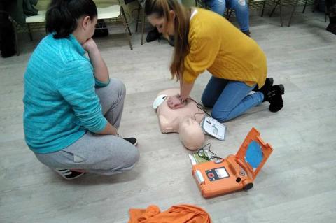Voluntarios de Protección Civil realizando el curso de desfibriladores