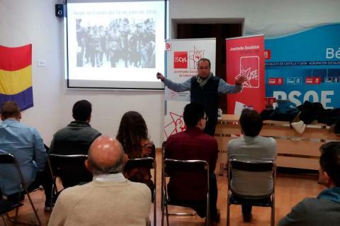Ramón Hernández durante su ponencia sobre la represión franquista
