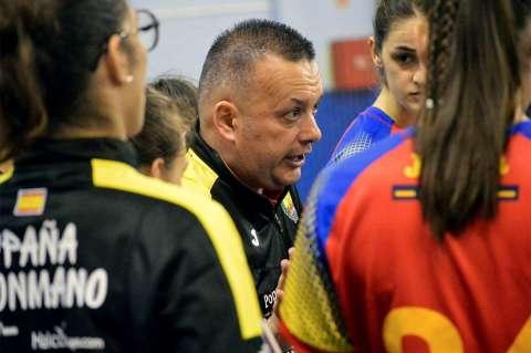 Alfredo Rodríguez entre las jugadoras