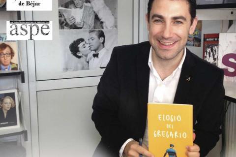 "Roberto Benito sosteniendo su libro ""Elogio del gregario"""