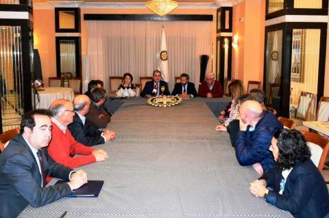 Miembros del Rotary Club de Béjar y la Caixa en la presentación del programa de ayudas escolares
