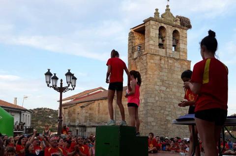 Podium en categoría femenina con la iglesia de Medinilla al fondo y numeroso público