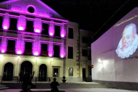 Plaza del Teatro Cervantes de noche. Fachada iluminada e imagen de Cervantes a la derecha
