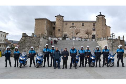 Policías locales de Béjar junto a representantes locales en la Plaza Mayor de Béjar