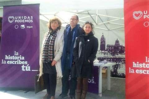 Isabel Muñoz, Luis García e Isabel López junto al stand de Unidas Podemos en Béjar