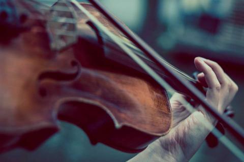 Primer plano de una persona tocando un violín