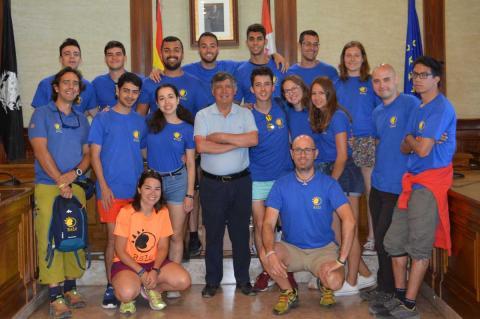 Voluntarios del taller recibidos en el ayuntamiento por el alcalde
