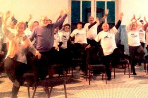 Socios del Centro de Día practicando yoga