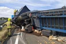 Los bomberos intervienen en el accidente del camión volcado en la A66 a su paso por Béjar