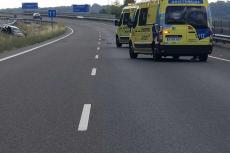 Uno de los vehículos implicados en el accidente y ambulancias en primer plano
