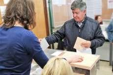 Alejo Riñones depositando las papeletas en las urnas