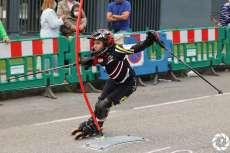 Corredor con patines en línea disputando la prueba
