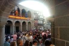Ambiente festivo Plaza Mayor durante el pregón de fiestas