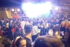 Ambiente festivo Plaza Mayor durante la discoteca móvil