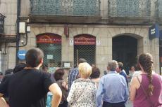 Los participantes observan uno de los edificios de la ruta