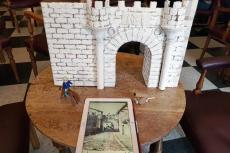 La maqueta junto a la fotografía que ha servido como base para su construcción