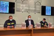 Bomberos de Béjar junto al diputado de cultura durante la presentación del libro en la Salina