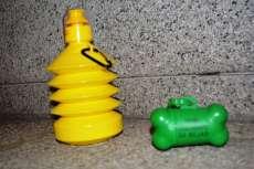 Botella de agua y bolsas para excrementos de mascotas
