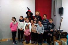 La Bruja Lectora junto a los niños asistentes al cuentacuentos