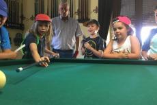 Niños jugando al villar en el Casino