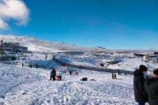 Montaña con nieve y varias personas