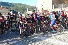 Ciclistas en la salida del Critérium Moisés Dueñas disputado en Béjar