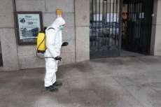 Operarios municipales realizando trabaos de desinfección