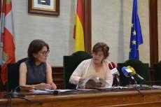 Elena Martín y Francisca Andrés en el salón de plenos efectuando una rueda de prensa