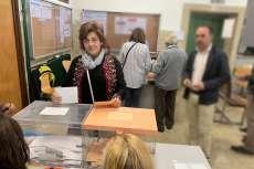 Elena Martín depositando su voto en la urna