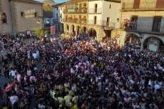 Peñas en la Plaza Mayor de Béjar durante el pregón de las fiestas