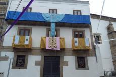 Balcones engalanados junto a la iglesia de San Juan