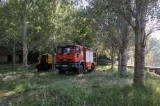 Camion de bomberos en  el fuego en el entorno de la fuente del Lobo