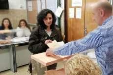 Isabel López depositando su voto en la urna