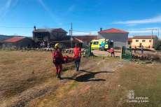Grupo de Rescate de Protección Civil traslada al varón herido al helicóptero