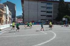 Personas jugando un partido de baloncesto en la plaza de Santa Teresa en Béjar