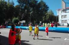 Jugando un partido de baloncesto en la plaza de Santa Teresa en Béjar